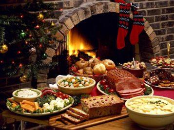 tavola con cibi natalizi