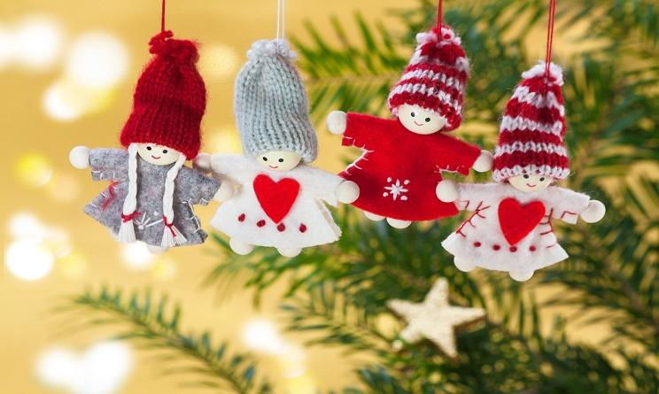 decorazioni natalizie con alcune bamboline