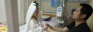 Il padre si inginocchia con un anello davanti alla figlia.