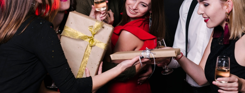 ragazzi vestiti eleganti che si scambiano i regali a Natale