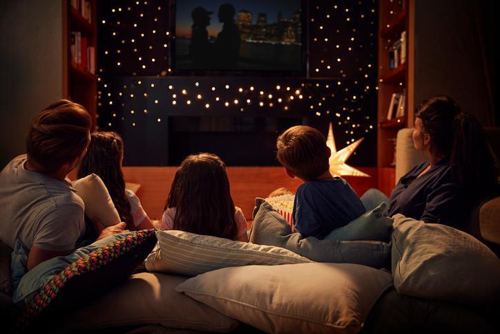 famiglia che guarda un film insieme