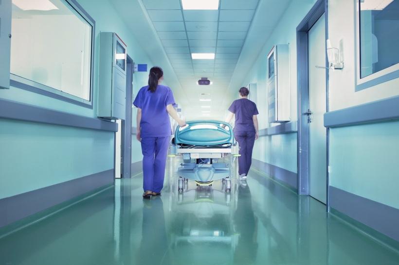 reparto di un ospedale con degli infermieri e un letto