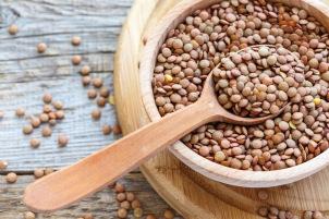 immagine di una scodella riempita di lenticchie crude