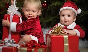 i bambini entusiasti per i regali