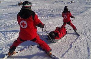 bambina soccorsa sulla pista da scii