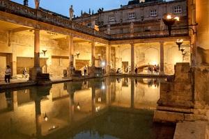 immagine delle terme di bath di sera con le torce accese